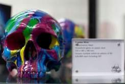 Самый богатый художник Дэмиен Херст продает пластмассовые черепа