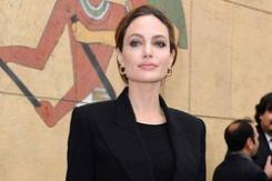 Елизавета II наградила Джоли титулом