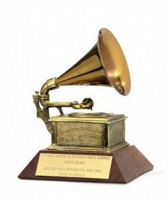 Знаменитости пожертвовали гитары, микрофоны и журналы для благотворительного аукциона «Грэмми»