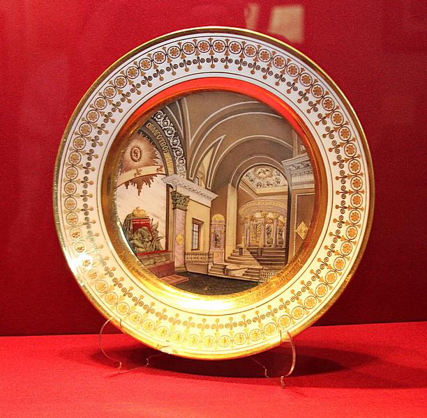 Фарфоровые тарелки с изображением интерьера усадьбы А.Аракчеева в Грузино по риснукам крепостных художников